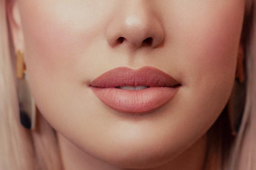 Frau mit vollen Lippen