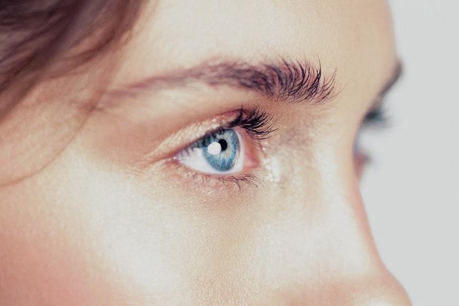 Junge Frau mit sehr schönen Augen