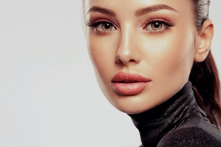 Schöne Frau mit Lippenvolumen