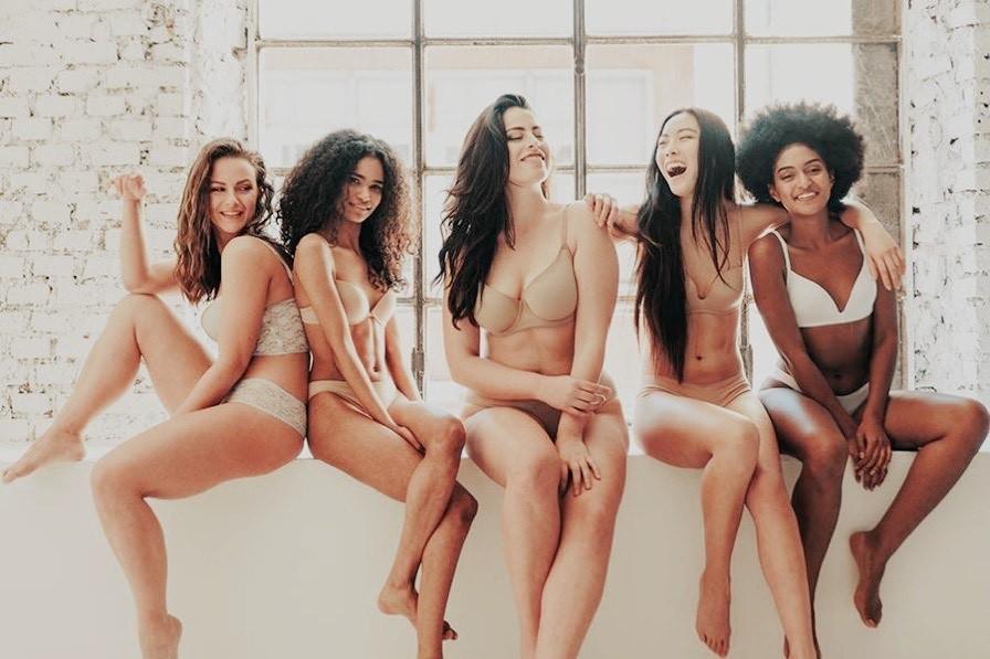 Hübsche Mädchen in Unterwäsche