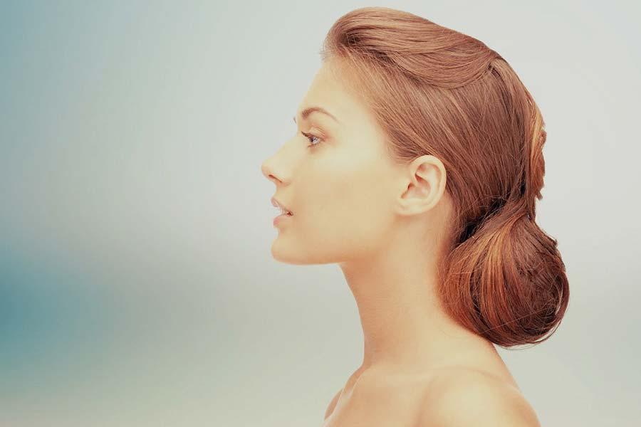 Frau mit schöner Nasenpartie
