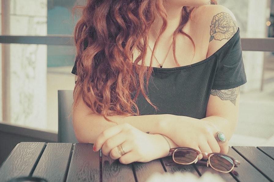 Frau mit Tattoos am Arm