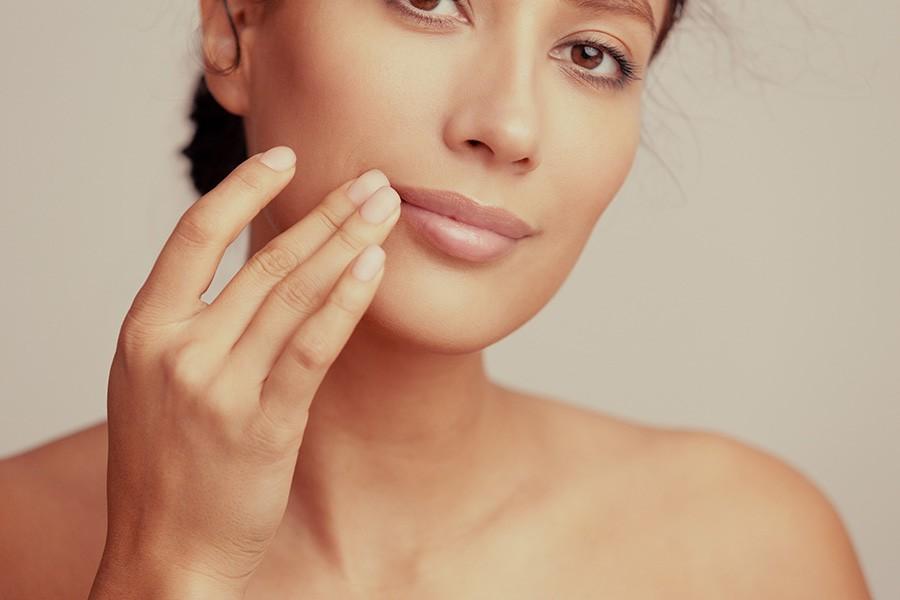 Frau mit wohlgeformtem Lippenbereich