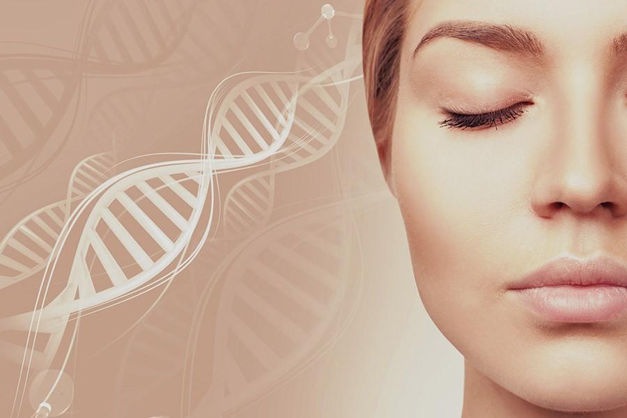 Frau mit straffer Haut - Kollagenaufbau