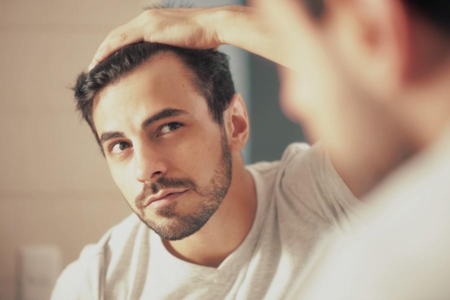 Lichter Haaransatz Mann Mesotherapie