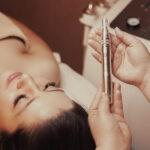 Frau Beautybehandlung Microneedling