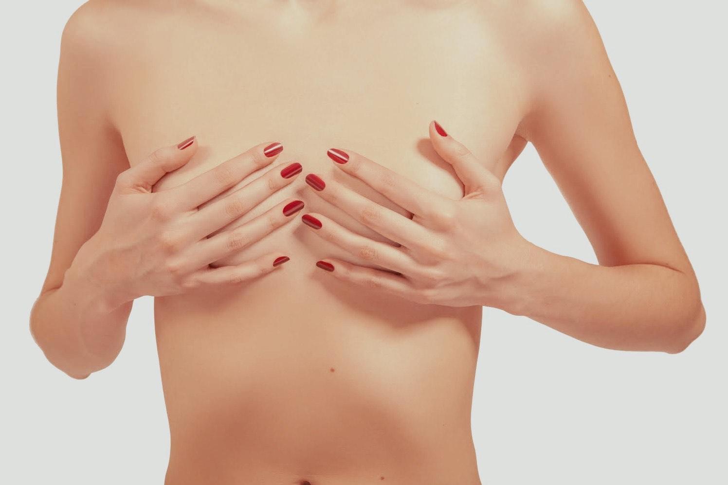 Frau mit kleinen Brüsten, Brust-OP